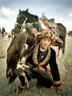Mongolian boy with his hunting partner, a Golden Eagle. When a boy turns 13 and is strong enough to carry the weight of a grown eagle, his father starts training him in the ancient hunting technique. Mongolia, Eagle Hunting, Costume Ethnique, Character Inspiration, Character Design, Arte Tribal, Golden Eagle, Foto Art, World Cultures