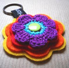 Schlüsselanhänger von Hono Lulu (dawanda 2014) bzw. fummelhummel Taschenbaumler Button Applikation Nähen Blume Prilblume Häkelblume Filz Cam Snaps bunt retro lila orange rot gelb blau türkis grün