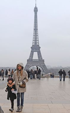 Jessica Melba with her daughter at the Eiffel Tower