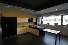 Cucina componibile moderna, laccata lucida e impiallicciata con sistema di apertura elettrica automatica, estrazione tavolo da penisola con apertura automatica.