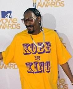 """snoop repping for the lakers.""""kobe is king"""" Bryant Lakers, Kobe Bryant Black Mamba, Lakers Kobe, King Shirt, Mtv Movie Awards, Snoop Dogg, Los Angeles Lakers, Soul Music, Rap"""
