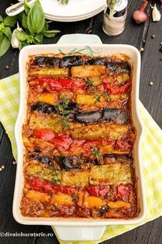 Ratatouille - reteta originara din Nisa- este o tocanita de legume foarte gustoasa. Putem avea langa aceasta o portie de orez, paste, putem sa servim avand alaturi branza sarata (telemea sau branza de capra), dar merge si simpla. Vegetable Recipes, Vegetarian Recipes, Healthy Recipes, Eggplant Pizza Recipes, Healthy Cooking, Cooking Recipes, Good Food, Yummy Food, Food Platters