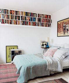 Estantería pegada al techo: una buena forma de colocar los libros sin que ocupen mucho espacio