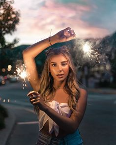 Making magic with ✨ Photo: – girl photoshoot ideas Creative Portrait Photography, Portrait Photography Poses, Photography Poses Women, Girl Photography Poses, Summer Photography, Sparkler Photography, Photography Lighting, Photography Tutorials, Digital Photography