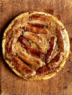 Upside-down Sausage and Onion Tart - The Happy Foodie - Recipes Sausage Recipes, Pork Recipes, Cooking Recipes, Recipies, Sausage Pie, Sausage Meals, Ramen Recipes, Irish Recipes, Cooking Gadgets