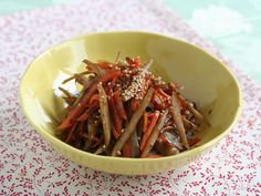 Japanese Food Recipes: Japanese Braised Carrot and Burdock Root (Kinpira-gobo) Recipe -- My host mom made this and it was sooooo good! Japanese Side Dish, Japanese Food, Asian Recipes, Ethnic Recipes, Just Eat It, English Food, Good Enough To Eat, I Love Food, Victory Garden