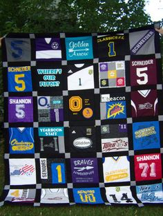 Quilt with old jerseys Mama Cindy has got a new project! Quilting Ideas, Quilt Patterns, Crafts To Do, Diy Crafts, Baseball Quilt, Jersey Quilt, Sports Quilts, Memory Quilts, Craft Projects