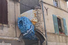 Arte di strada fatta con cartoni del latte, Arles