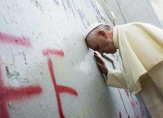 Pope Francis in Holy Land prays at Separation Wall www.ffhl.org #ffhl #popeinholyland #holylandpilgrimage