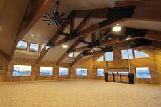 Indoor com lindas tesouras de madeira e forro branco. A luz natural também está presente nas aberturas laterais. Imagem: Stable Style