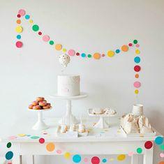 Guirlanda de bolinhas na decoração da festa é fofo demais!