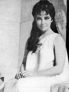 devenirgris: Elizabeth Taylor posing for Roddy McDowall on the set of Cleopatra