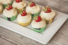 Pomarančové cupcakes s jahodami Wooden Food, Food Platters, Mini Cupcakes, Desserts, Tower, Future, Google Search, Wedding, Food Food