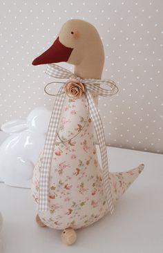 *** RESERVIERT Süsse große Gans im angesagten Landhausstil!***  geschmückt mit einer Schleife aus Vichyband, einer Rose und Klöppelspitze um den Hals erwartet sie den Frühling. Der Schnabel,...