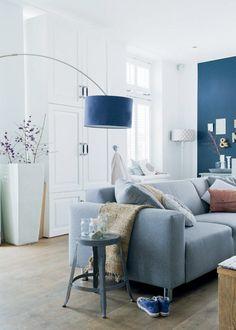 In de woonkamer staat een kast tot aan het plafond / 101woonideeën DIY