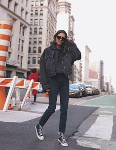 Super chic and cool ways to wear Converse: 12 looks you will love. Here's how to wear world's most popular trainers that simply don't go out of style. Outfit Jeans, Black Hoodie Outfit, Black Jeans Outfit Winter, Outfits With Black Jeans, Winter Fashion Outfits, Look Fashion, Daily Fashion, Fashion Clothes, Fashion Women