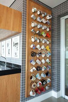 Para quem tem coleção de canecas, olha que interessante esse jeito de guardar e expor ao mesmo tempo. Alguém aí coleciona alguma coisa? Me conta aqui.  Projeto: Studio 3.7/ Foto: Adriana Barbosa