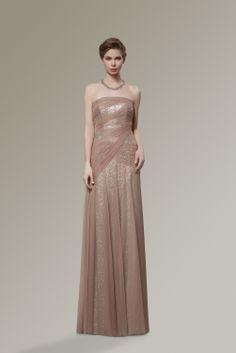 Straplez, payet işlemeli astar üzerine aynı tonlarda tül kullanılarak tasarlanmış, drape detayları olan uzun gece elbisesi modeli...