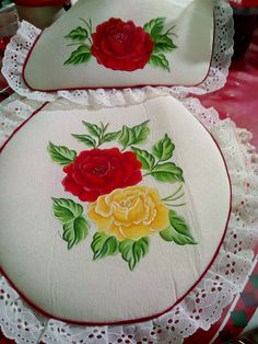 Pot Holders, Tableware, Flowers, Painting, Painting On Fabric, Tejidos, Christmas Crafts, Hand Embroidery Art, Painted Flowers