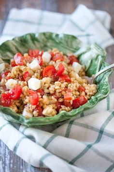 Insalata di farro perlato con pomodorini, pesto e mozzarella