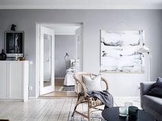 Grijstinten en groene planten in een zweeds appartement