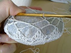 Missus D: How-to: Crocheted Lace Covered Stones
