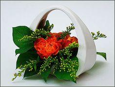 Mała kompozycja kwiatowa w koszyczku ceramicznym