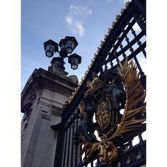 #lookingup do dia #Buckingham #BuckinghamPalace #gate #London #beautiful #Londres #trippics #visitlondon #thisislondon #travelgram #england # # Resumo do dia (por motivo de memória pouco dotada e por eu não ter outra rede social vou me utilizar do #Instagram para lembrar dos nossos momentos dessa viagem ok?!): 23/12/15 - Green Park #PalácioDeBuckingham - Big Ben -Tâmisa - London Eye - Winter at SouthBank Centre - Bleecker Burger  - Saint Paul's Cathedral - Winter Wonderland no Hide Park…