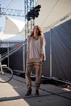 Julia brings back the drop-crotch pants in this season's scarf print. Berlin Street Style, Street Chic, Street Style Women, Street Smart, Street Styles, Hot Outfits, Girl Outfits, Drop Crotch Pants, Boho Pants