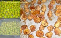 Ξερά σύκα με δύο τρόπους: Ολόκληρα και ανοιγμένα   Σε όλη την Ελλάδα και κυρίως στα νησιά αποξηραίνουν τα σύκα. Είναι ένας ανέξοδος τρόπος για να διατηρηθείτο καλοκαιρινό φρούτο για όλο το χειμώνα . Γι αυτό εξάλλου συνηθιζόταν ανέκαθεν αφού η ζάχαρη για παρασκευή μαρμελάδας και γλυκού κόστιζε και …