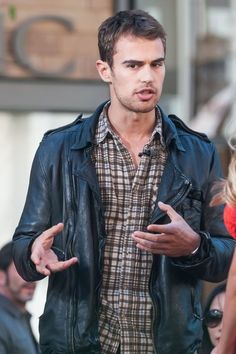 Theo James Stops by 'Extra!'