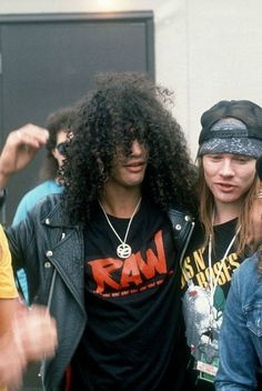 Slash e Axl Rose nos bastidores do Monsters of Rock de 1988, no Donigton Park, Inglaterra