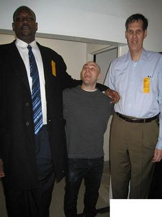 27 Tall People In The World (Photo Gallery) Giant People, Tall People, Nephilim Giants, Gym Guys, Unexplained Phenomena, Strange History, World Photo, Medical History, Tall Guys