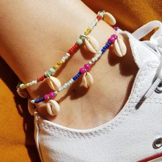 Summer Accessories Styling: Mix boho colorful beaded accessories with your classic jewelry. More Jewelry Trend. Handmade Friendship Bracelets, Friendship Bracelet Patterns, Ankle Jewelry, Ankle Bracelets, Simple Jewelry, Cute Jewelry, Summer Accessories, Jewelry Accessories, Diy Accessoires