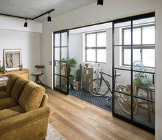 """大建工業(大阪府大阪市)は6月21日、こだわりのリフォーム・リノベーション向けに、室内に半屋外空間(インナーテラス)をつくる間仕切り「hapiaラインフレーム」などを発売する。 「hapiaラインフレーム」は、ヴィンテージ感のあるブラックのアイアン調フレームが特徴。基材はアルミで、採光板には安全性の高い強化ガラス+飛散防止フィルムを採用した。扉デザインは全面採光・格子採光の2タイプ、開閉形態は3タイプ。 インナーテラスは、植物を育てたり、カフェスペース、自転車のメンテナンススペースなど""""特別な空間""""として活用できる。通常の間仕切りとしても。 扉サイズは7尺高(813x1974)、8尺高(813x2259)。扉・枠合計が36万1200円(全面採光デザイン、7尺高、引違い)。 このほか、土間スペースを有効活用するアイテムとして「hapia玄関収納」のラインアップを拡充する。… Diy Room Decor Videos, Apartment Inspiration, Home, Small Balcony Decor, House Design, Interior Architecture Design, Interior Design, House Interior, Home Deco"""