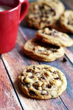 The Best Chewy Café-Style Chocolate Chip Cookies. I have personally made these as Jeff my finace only likes soft and chewy chocolate chip cookies and I've found most recipes get hard. Well these folks are amazing! A must for any time of year! Yummy Cookies, Yummy Treats, Sweet Treats, Cake Cookies, Cupcakes, Just Desserts, Delicious Desserts, Yummy Food, Delicious Chocolate