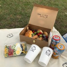 Shared by kessy彡. Find images and videos about picnic on We Heart It - the app to get lost in what you love. Picnic Date Food, Picnic Box, Picnic Time, Picnic Foods, Summer Picnic, Comida Picnic, Picnic Birthday, Brunch, Food Goals