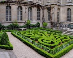 The Central Courtyard At Musee Carnavalet In Le Marais Section Of Paris This Century Garden And Building Reflect Symmetry French Formal Design