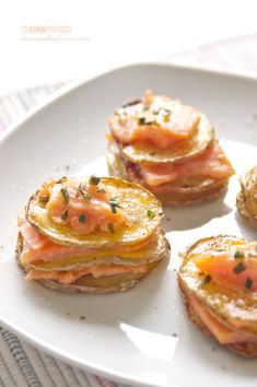 Sliced potatoes and salmon appetizer Tapas, Mini Appetizers, Appetizer Recipes, Salmon Appetizer, Brunch, Xmas Food, Food Decoration, Appetisers, Fish Recipes