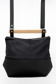 Black Leather bag / mat and oiled black leather / leather purse /leather handbag / wooden handle / wood and leather bag/gift idea / handmade de la boutique VEINAGE sur Etsy Black Leather Bags, Leather Purses, Leather Handbags, Wooden Handles, Boutique, Handmade, Gifts, Etsy, Fashion