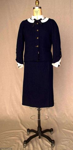 Ca 1963 - Chanel suit-absolutely timeless and so chic Chanel Couture, Couture Fashion, Fashion Beauty, Vintage Couture, Vintage Chanel, Costume Année 60, 1960s Fashion, Vintage Fashion, Clothing And Textile