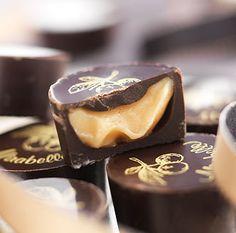 Les chocolats lorrains au cœur de mirabelle Jours Heureux.  Sa fine coque de chocolat noir à 61% de cacao révèle une délicieuse ganache, légère et onctueuse, qui associe la mirabelle récoltée dans la région à une eau-de-vie d'Appellation d'Origine Contrôlée Régionale de Lorraine. Les notes aromatiques sont parfaitement équilibrées, l'amertume du chocolat noir s'accordent à merveille aux notes fruitées de la mirabelle.