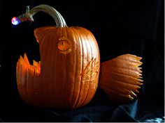I know Halloween is over, but I still want to share with you this awesome angler fish jack-o-lantern. Halloween Week, Halloween Pumpkins, Halloween Decorations, Halloween Party, Halloween Pics, Halloween Costumes, Pumpkin Song, Angler Fish Costume, Dia De