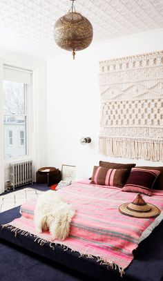 A floor bed can be stylish! Try these smart solutions and floor bed ideas to style your bed on the floor. Style At Home, Home Bedroom, Bedroom Decor, Bedroom Ideas, Bed Ideas, Master Bedroom, Bedroom Inspiration, Style Inspiration, Bedroom Designs