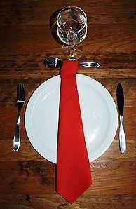 Pliage en papier réaliser une cravate en papier,pliage de serviette de table en papier en forme de cravate, decoration de table, recettes de cuisine et traditions en Europe. Information et Tourisme Européen.