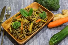 Asia-Gemüse-Hanfsamen Pfanne - in Erdnusssoße Zucchini, Pasta Salad, Ethnic Recipes, Food, Hemp Seeds, Carrots, Asian Recipes, Easy Meals, Summer Squash