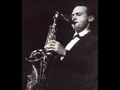 Stan Getz fue un saxofonista tenor de jazz que nació en Filadelfia, Estados Unidos, el 2 de enero de 1927, aunque muy pronto, a la edad de 4 años, su familia se trasladó al barrio del Bronx neoyorkino.  Fue uno de los grandes saxofonistas tenor de todos los tiempos; era conocido como THE SOUND debido a la extraordinaria belleza de sus tonos.   Imagen: William Claxton