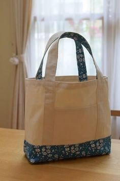 Today you will learn how to make a cloth bag with this tutorial. It is very easy to do , so if you do not have much experience in sewing, do not w. Cute Tote Bags, Reusable Tote Bags, Diy Bags Purses, Bag Patterns To Sew, Denim Bag, Cloth Bags, Beautiful Bags, Tote Handbags, Bag Making