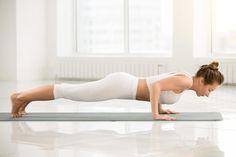 Abnehmen durch Yoga ist gesund, effektiv und perfekt für zuhause. Hier zeigen wir dir die 8 besten Yoga Übungen zum Abnehmen und erklären dir, warum diese Asanas den Fettabbau fördern. Fitness Workouts, Easy Workouts, Yoga Fitness, Yoga Poses For Back, Cool Yoga Poses, Yoga Poses For Beginners, Workout For Beginners, Plank Pose, Yoga For Flexibility