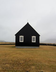 black house exterior with white framed windows. Black Exterior, Interior And Exterior, Black Barn, Jolie Photo, Black House, Little Houses, Tiny House, Architecture Design, Building Architecture
